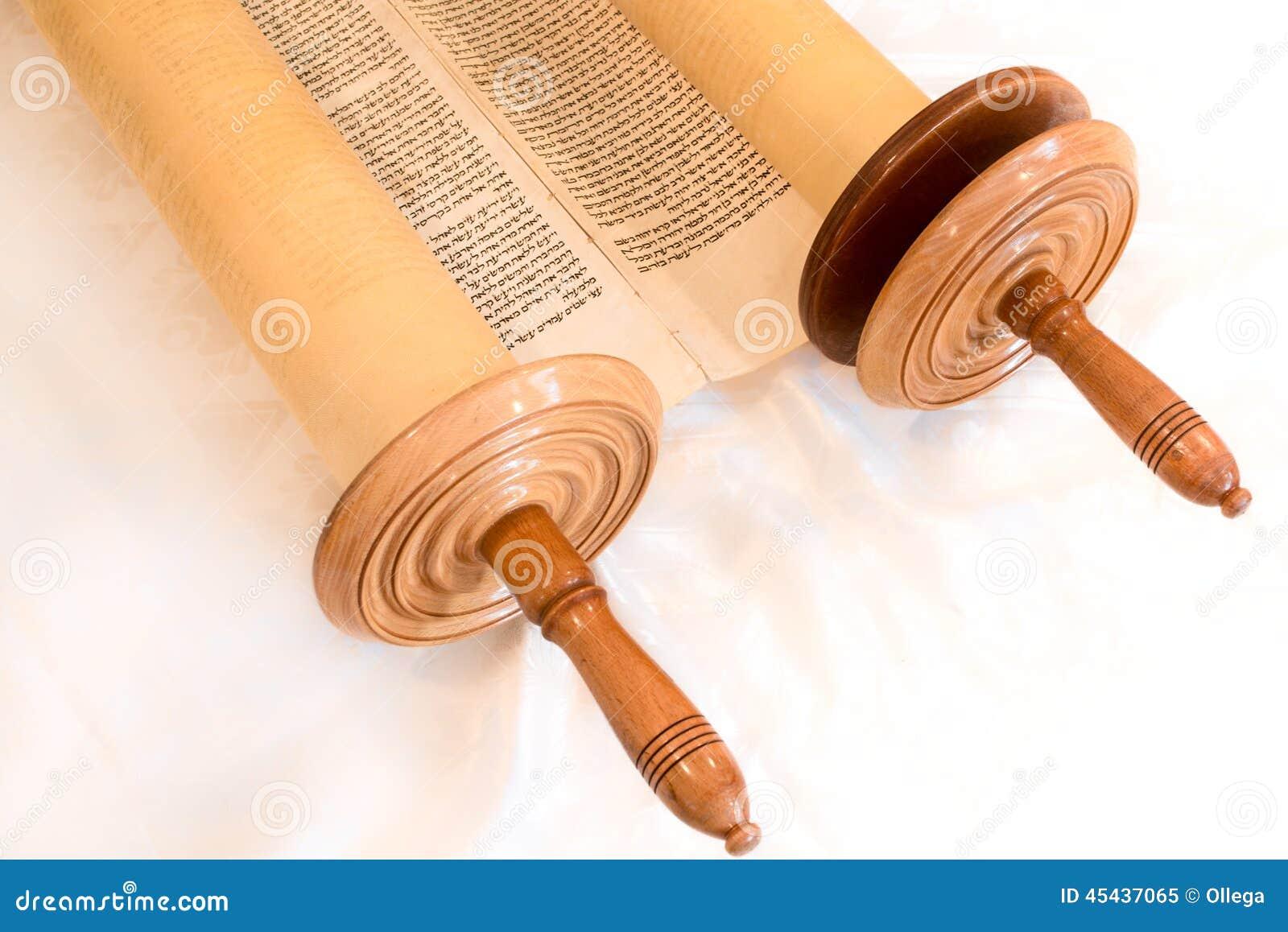 Il rotolo scritto a mano ebraico di Torah, su una sinagoga si altera