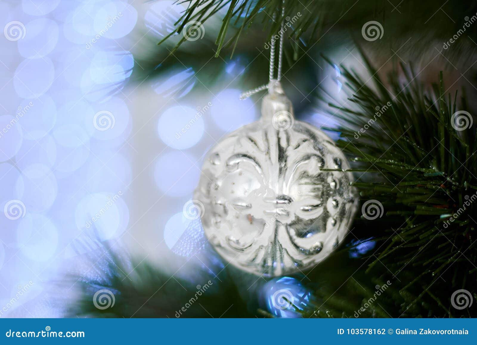 Il ` s del nuovo anno gioca sull albero di Natale artificiale