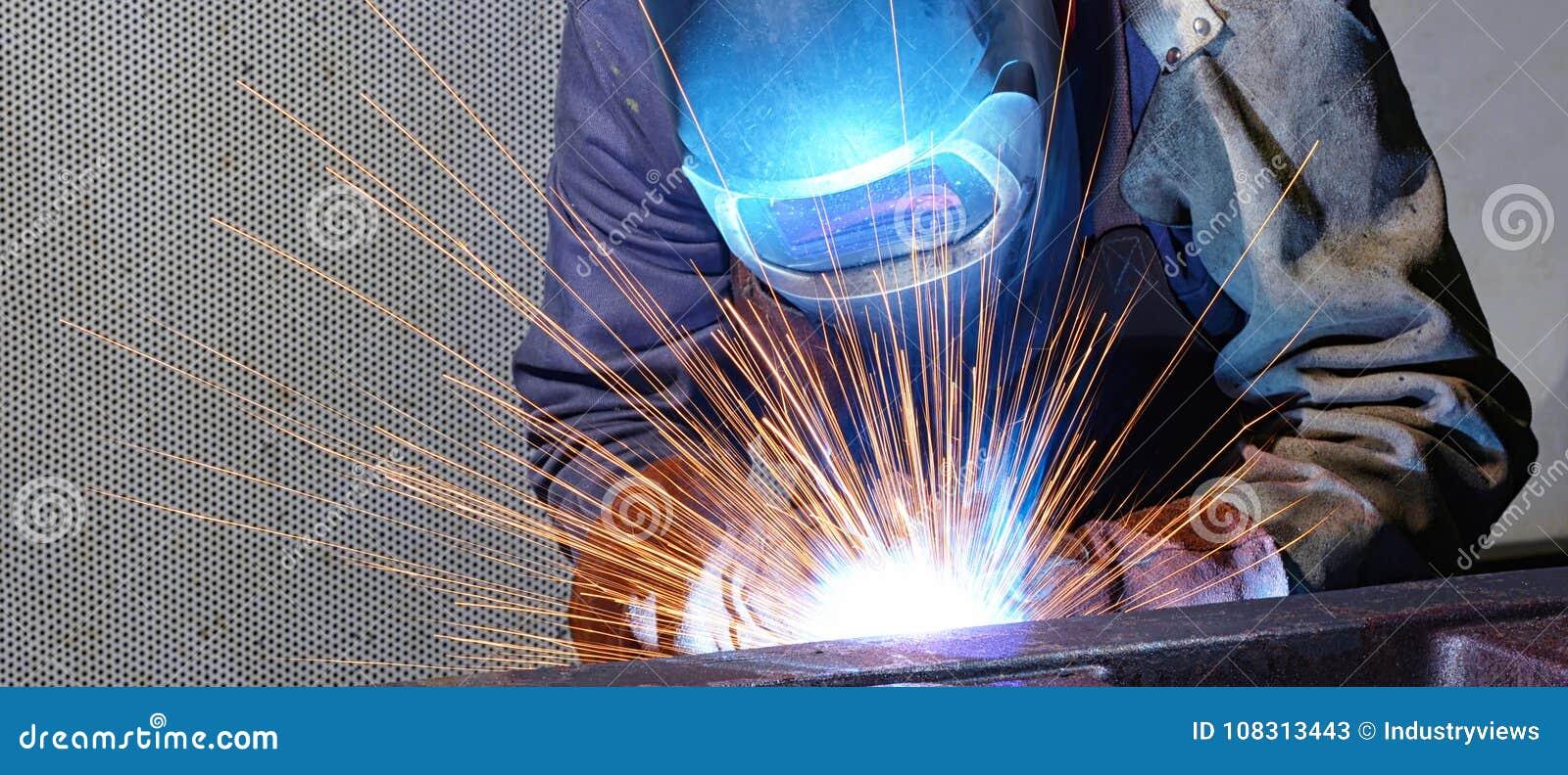Il saldatore funziona in una società industriale - produzione dei comp. dell acciaio