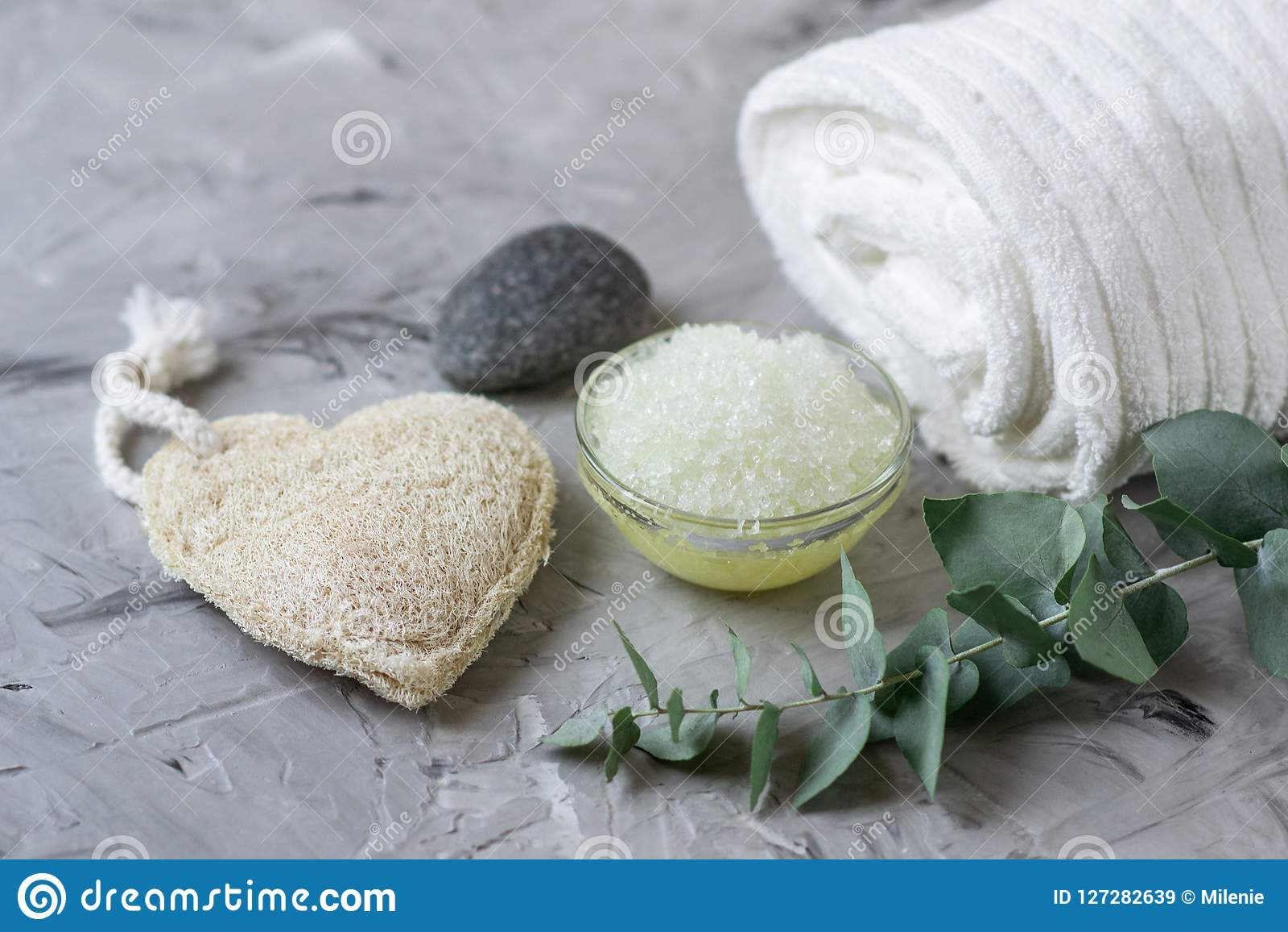 Il sale marino casalingo del corpo degli ingredienti naturali sfrega con il concetto Skincare di Olive Oil White Towel Beauty