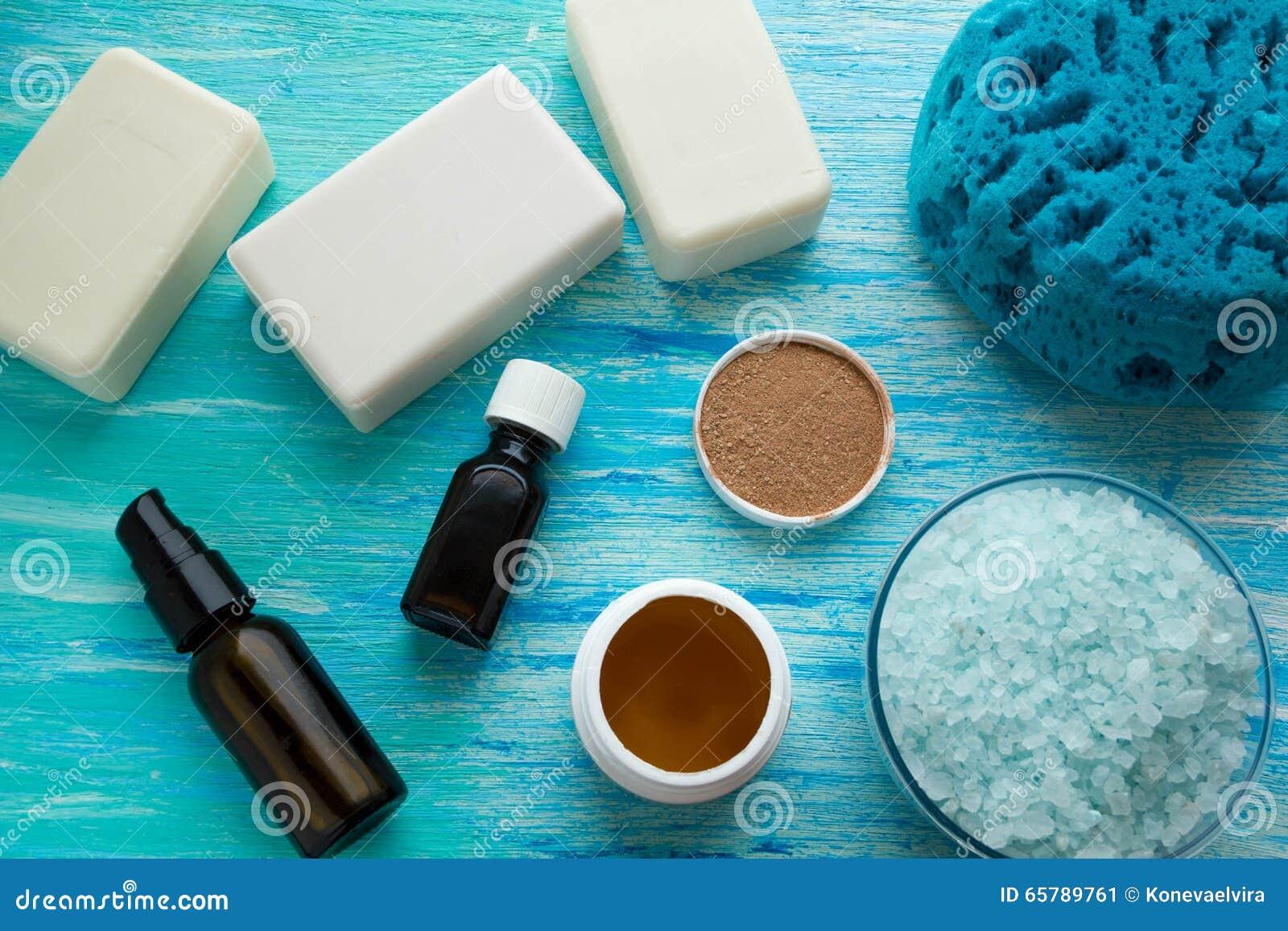 Il sapone organico naturale imbottiglia il bagno di erbe del sale