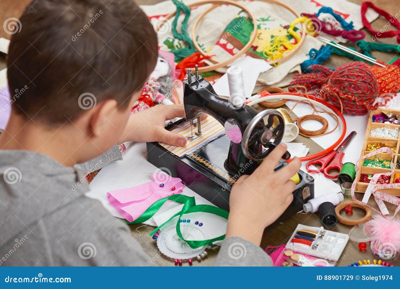 Il sarto del ragazzo impara concetto fatto a mano e di artigianato cucire, di formazione sul lavoro,