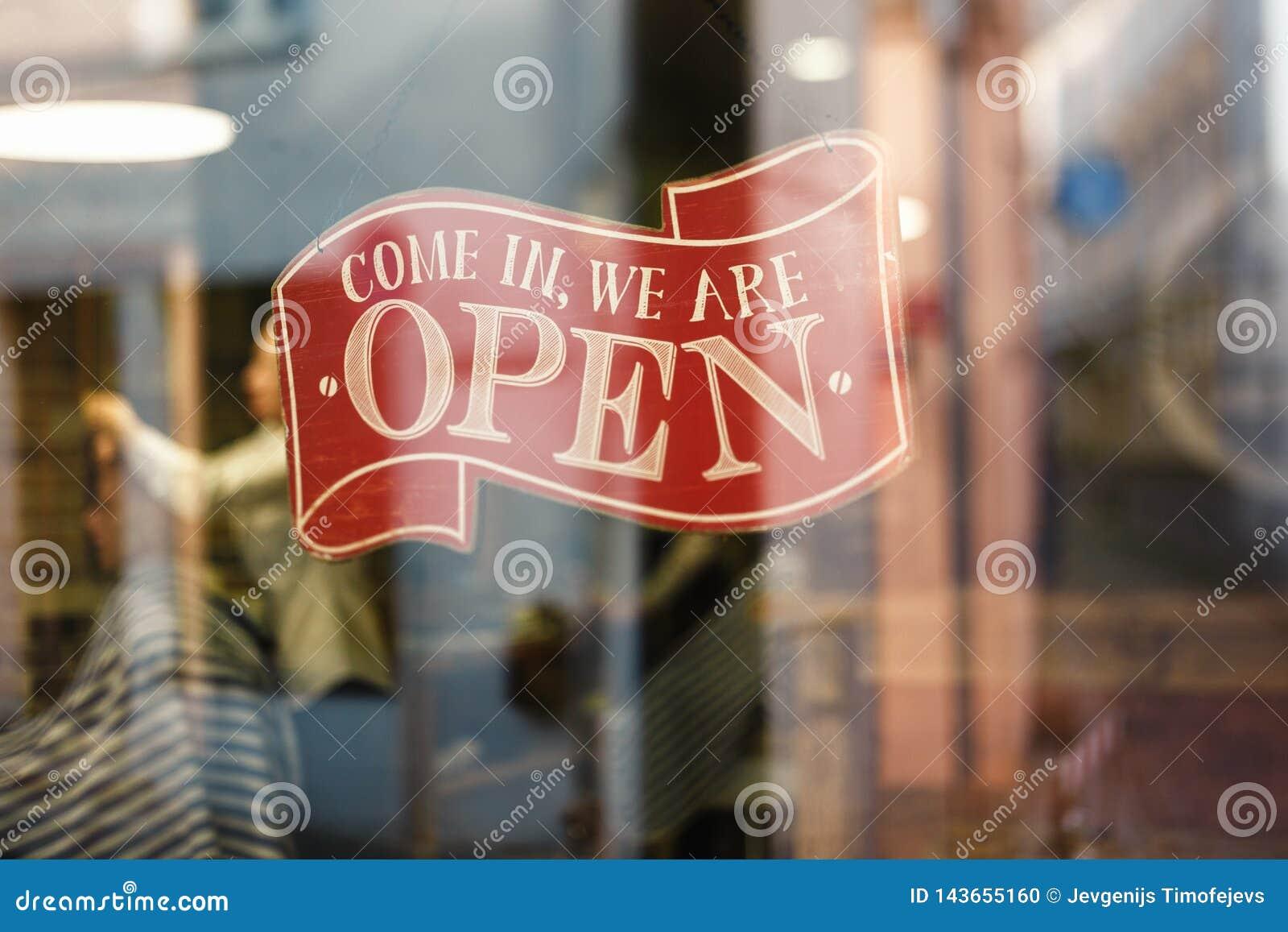 Il segno d annata di affari che dice prossimo in noi è aperto sulla finestra del negozio del salone di capelli e del barbiere - i