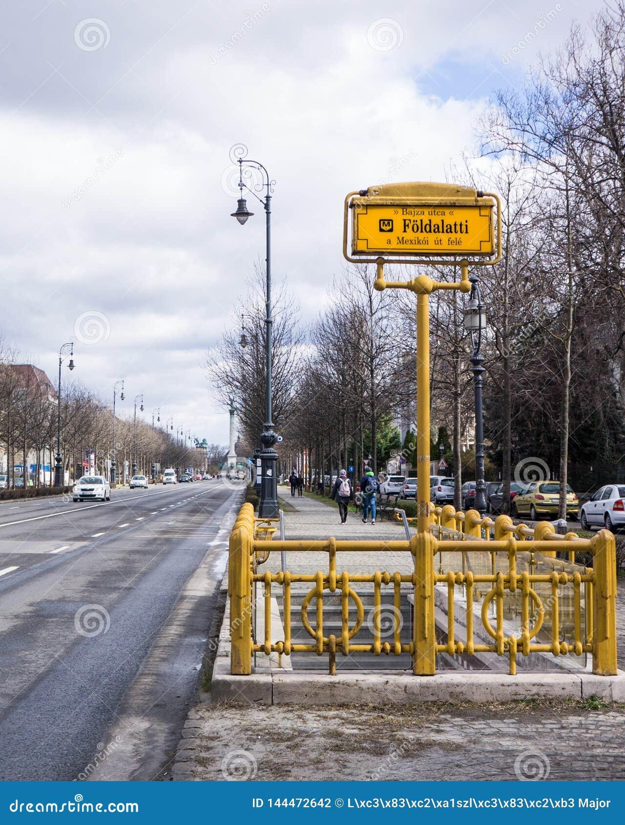 Il segno della fermata della metropolitana della linea m1 della metropolitana a Budapest