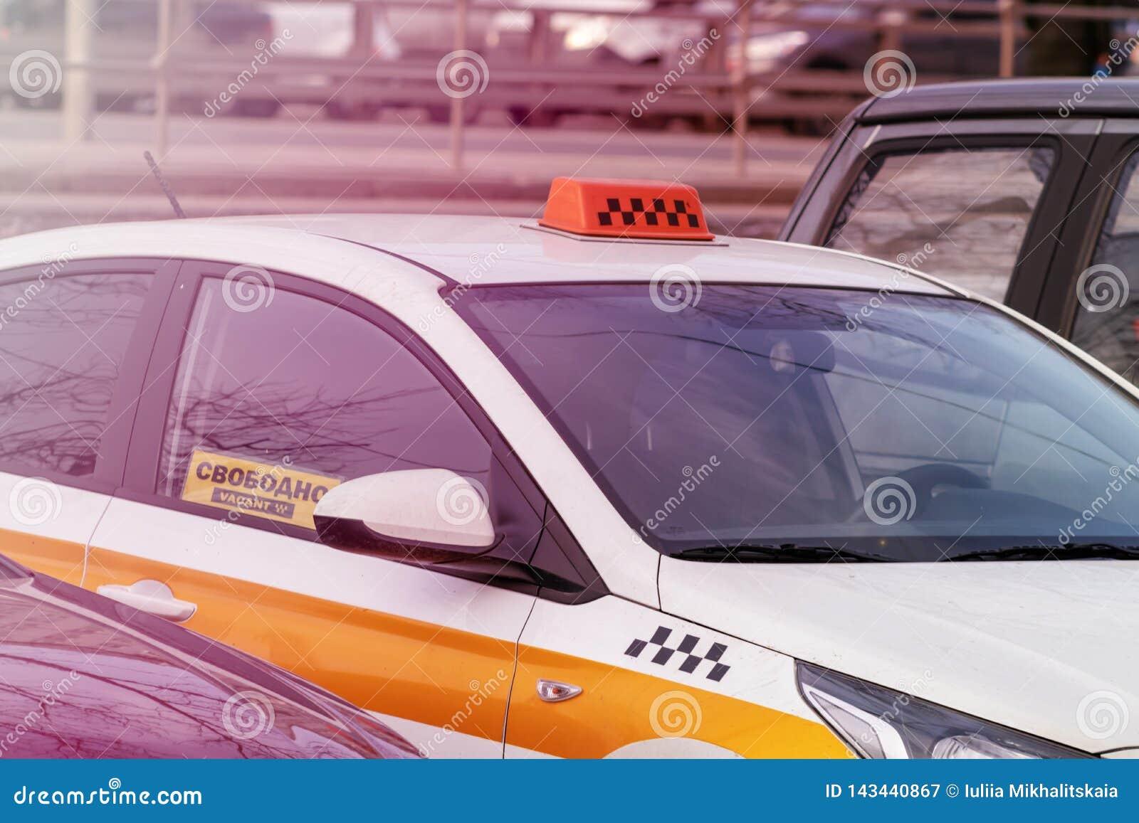 Il segno libero in una finestra di automobile del taxi ha visualizzato liberamente, prendendo il taxi