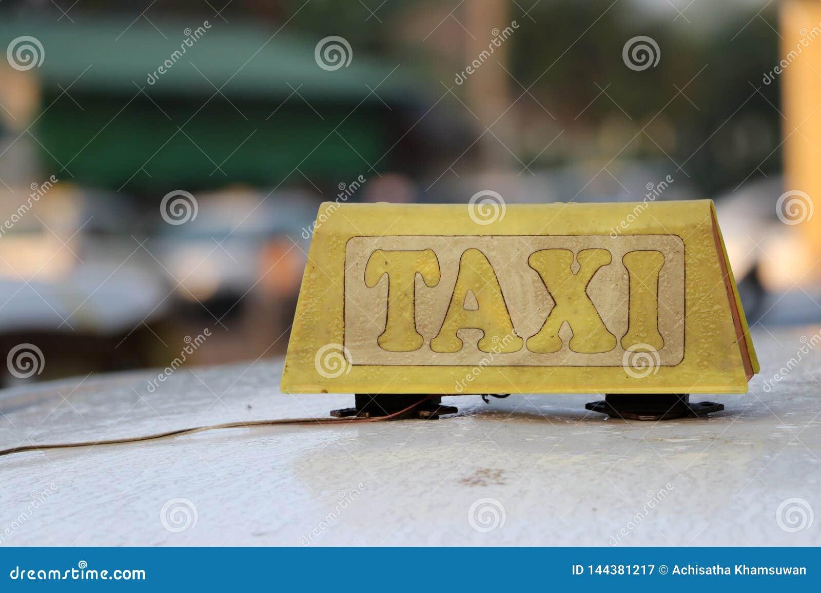 Il segno o la carrozza della luce del taxi firma nel colore giallo grigio con il testo della buccia sul tetto dell automobile