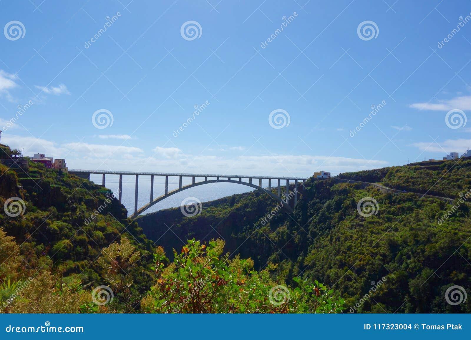 Il singolo ponte della portata più lungo in Europa che attraversa la valle che conduce dal Los Tilos in isole Canarie vicino al L