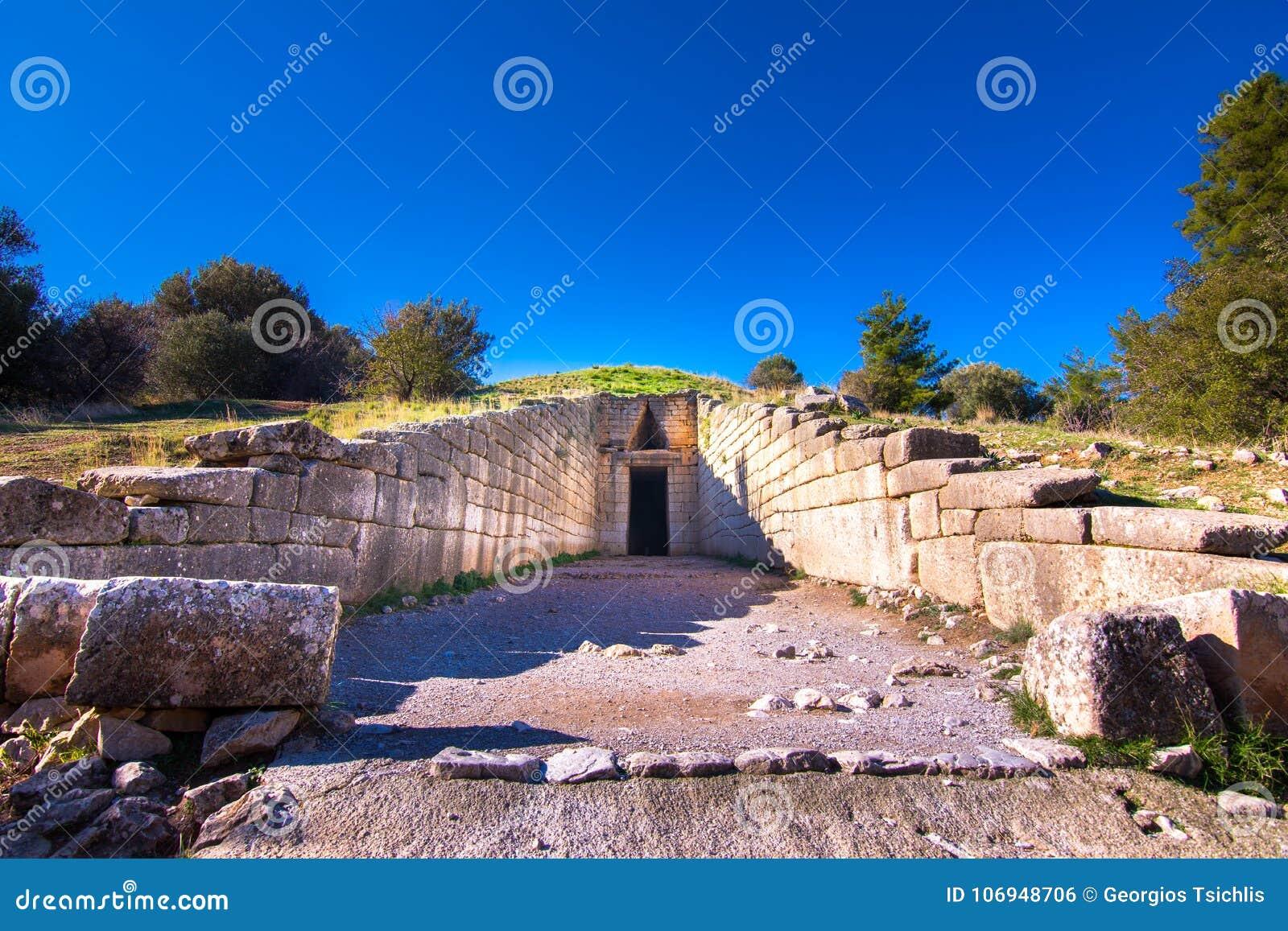Il sito archeologico di Micene vicino al villaggio di Mykines, con le tombe antiche, le pareti giganti ed il portone famoso dei l