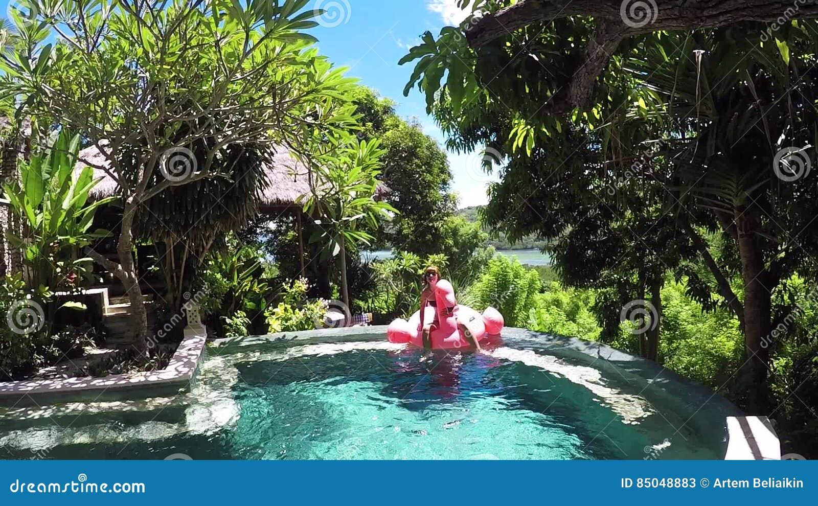 Sognare Costume Da Bagno Rosso : Il sogno della giovane donna in costume da bagno si trova sul