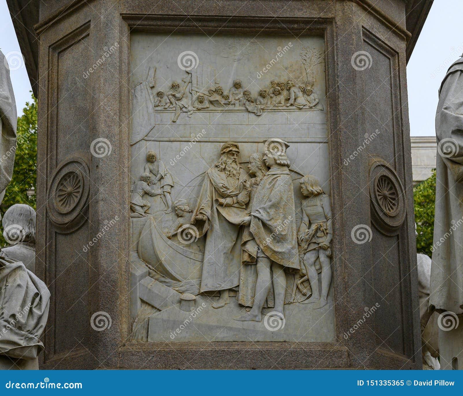 Il sollievo di ingegneria la parte di sinistra del monumento a Leonardo Da Vinci nel quadrato di Scala di della piazza, Milano, I