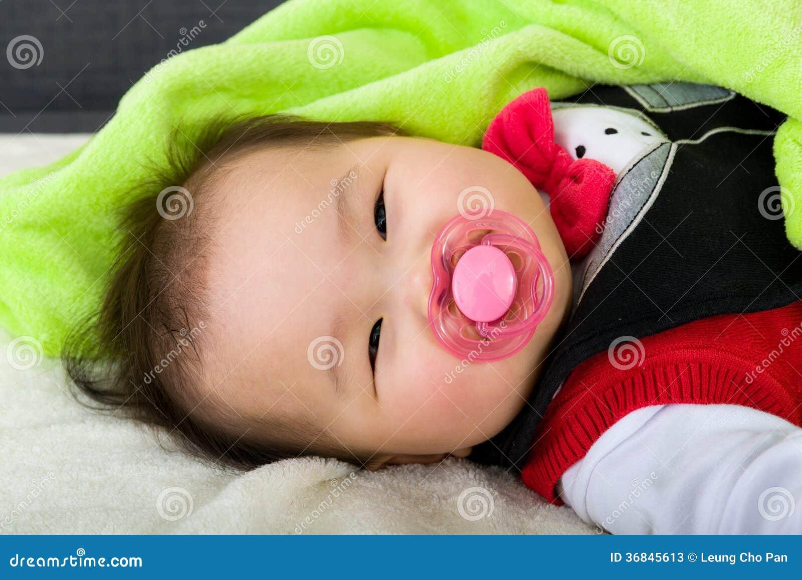 Il sonno del bambino succhia con la tettarella