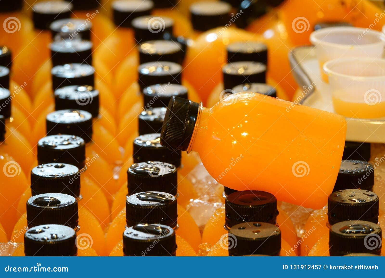 Il succo d arancia in plastica imbottiglia il ghiaccio da vendere