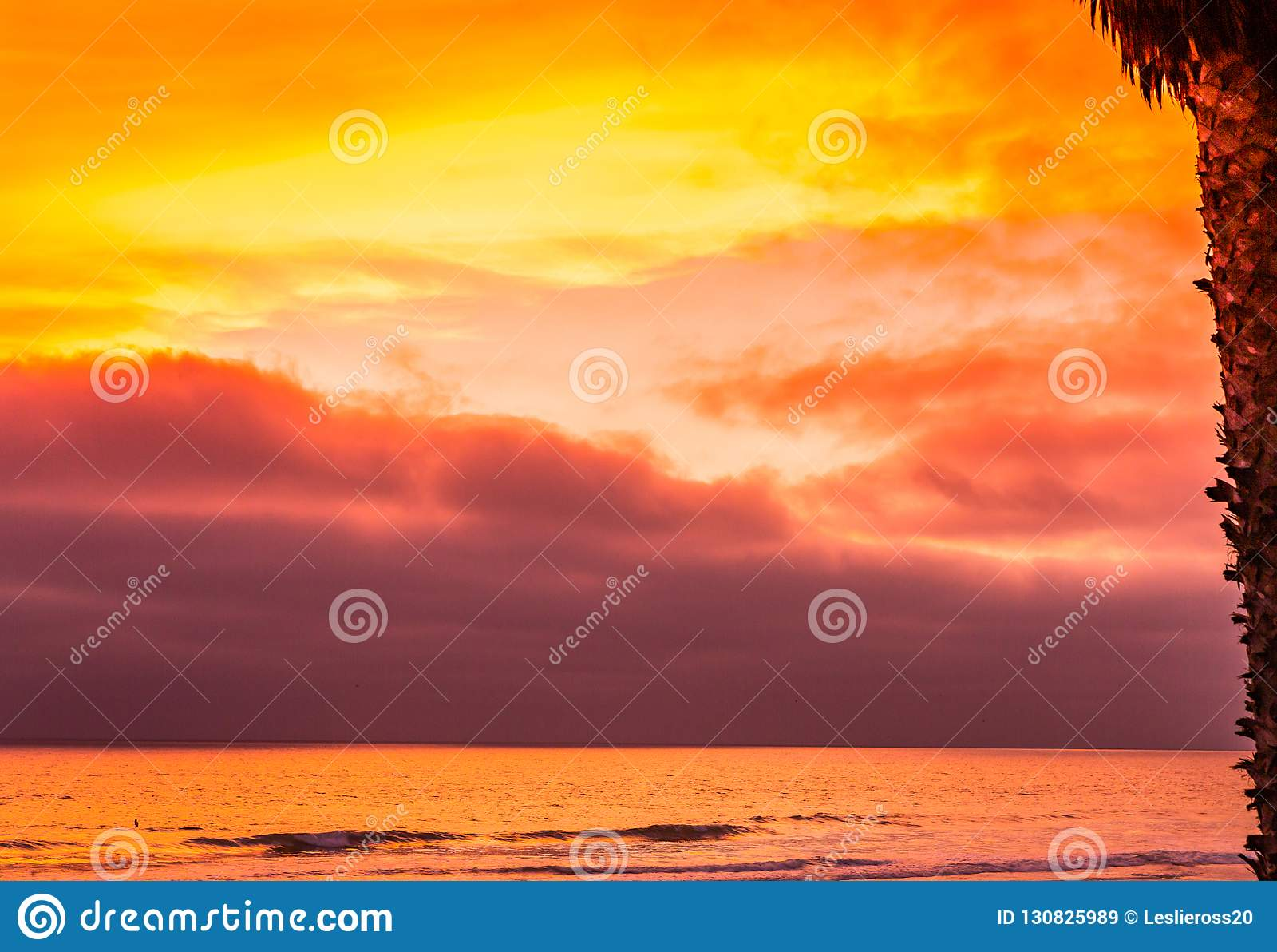 Il Sun giù colora il cielo e l oceano