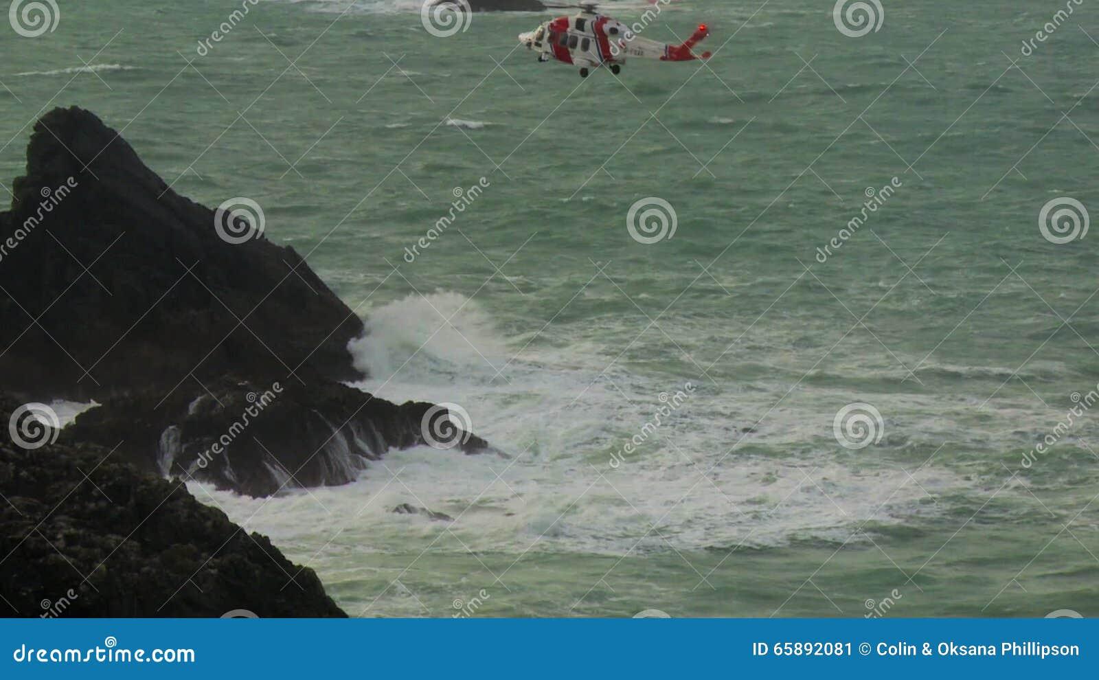 L Elicottero Posizione : Il suo elicottero della guardia costiera della maestà che manovra
