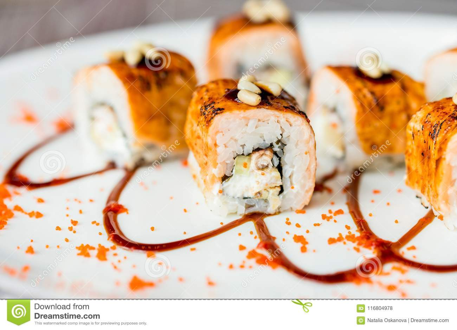 Il sushi giapponese tradizionale arriva a fiumi il ristorante