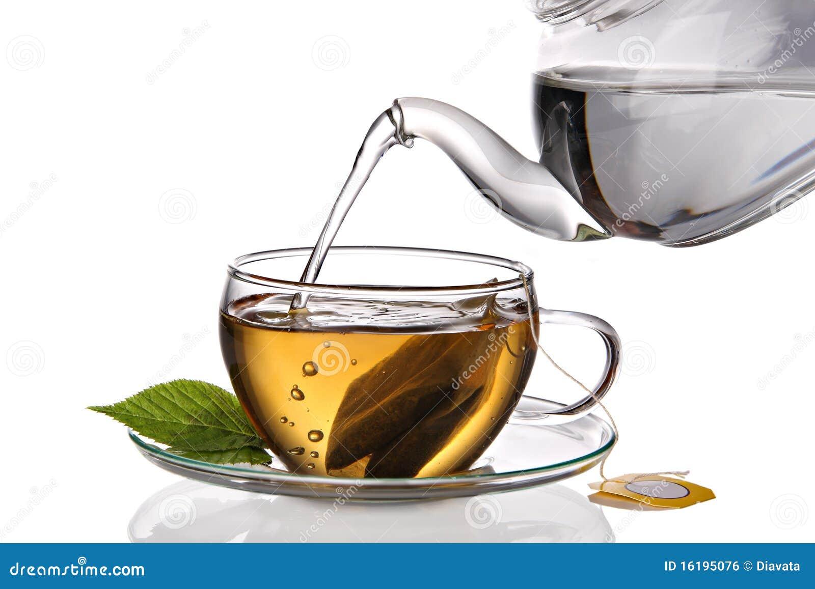 Il tè ha versato nella tazza