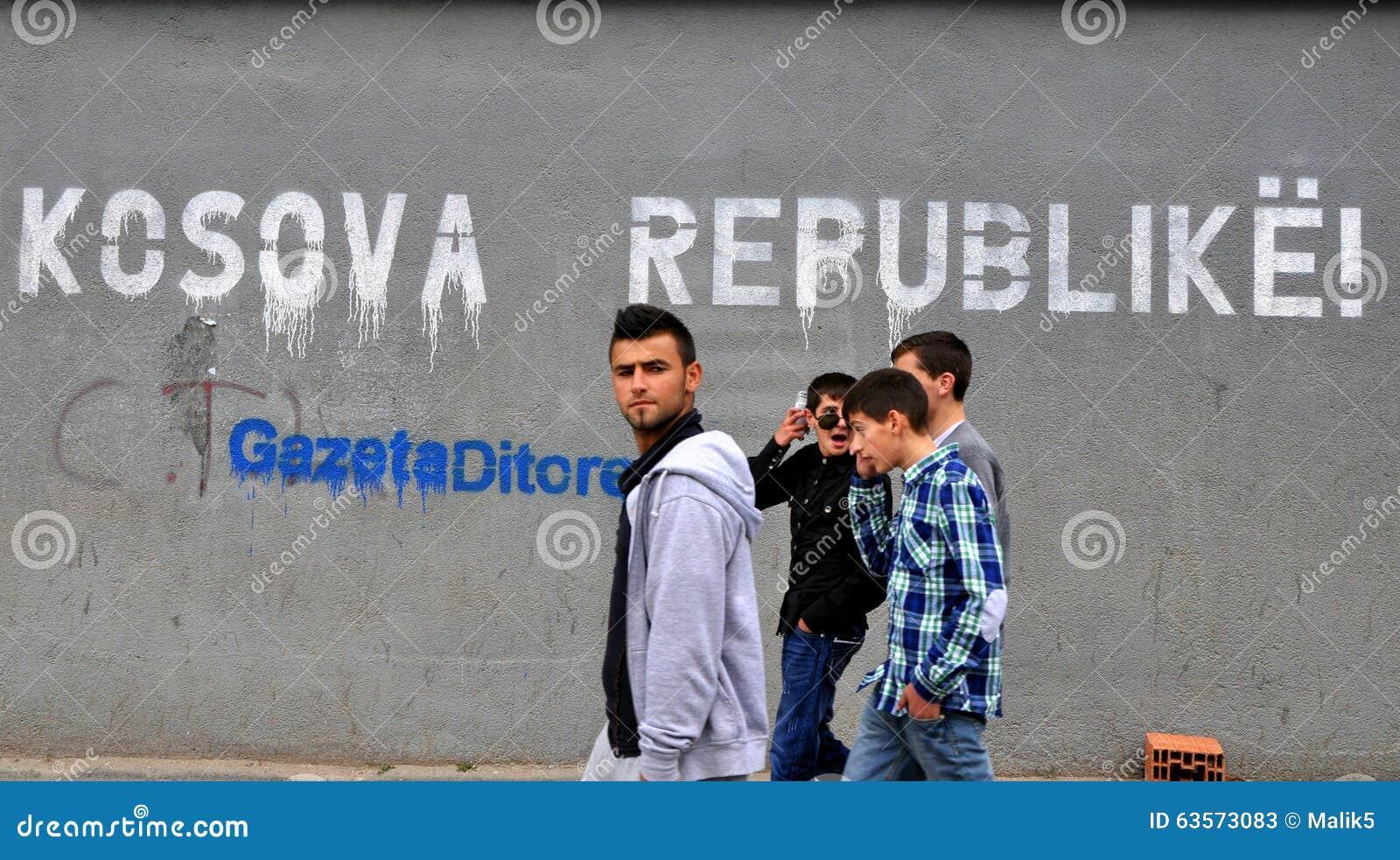 Il tabellone per le affissioni sulla via Prishtina