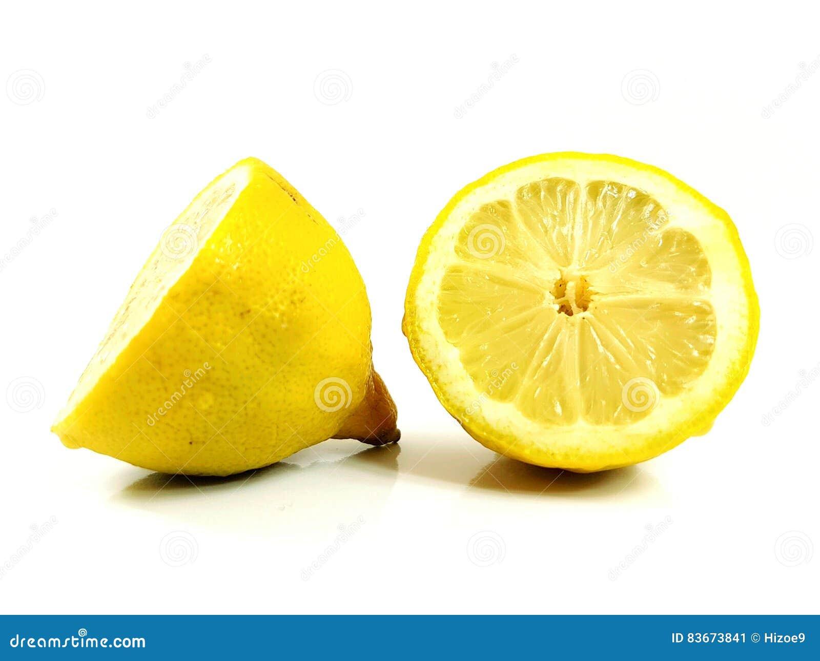 Il taglio di agrumi del limone ha tagliato il giallo a pezzi acido succoso fresco