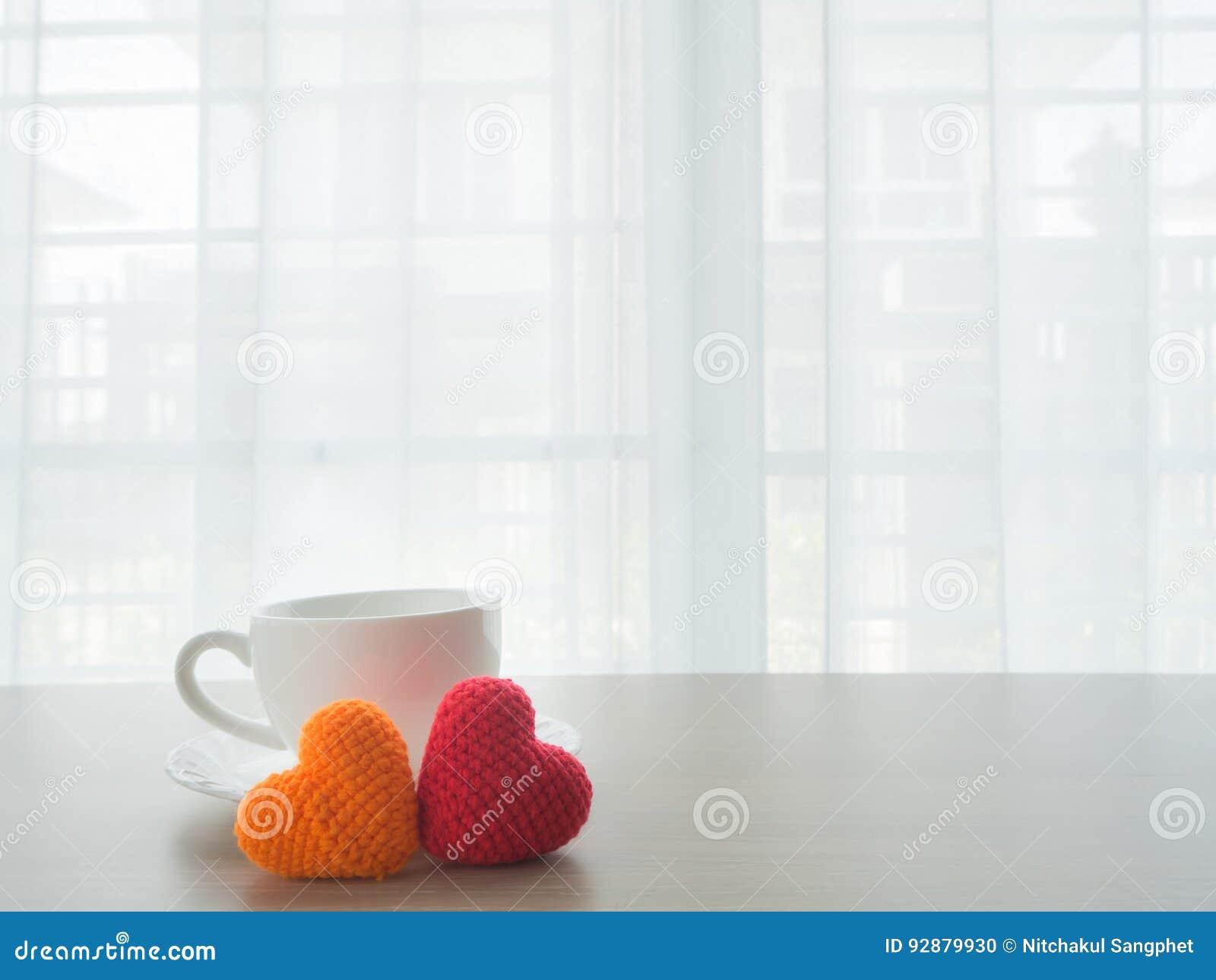 Il Tavolo Da Cucina Con La Tazza Di Caffè Ceramica Bianca, Rosso Ed ...