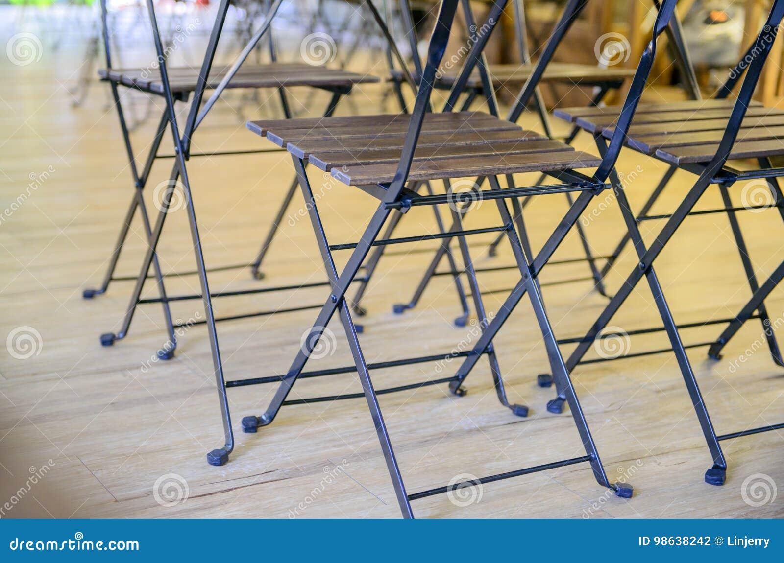 Sedie Pieghevoli Gialle : Il tavolo pieghevole e le sedie di legno si chiudono su fotografia