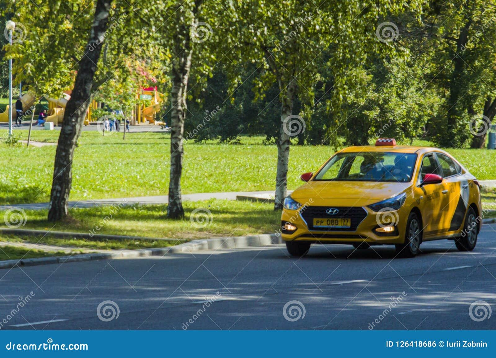 Il taxi giallo guida sulla via a Mosca