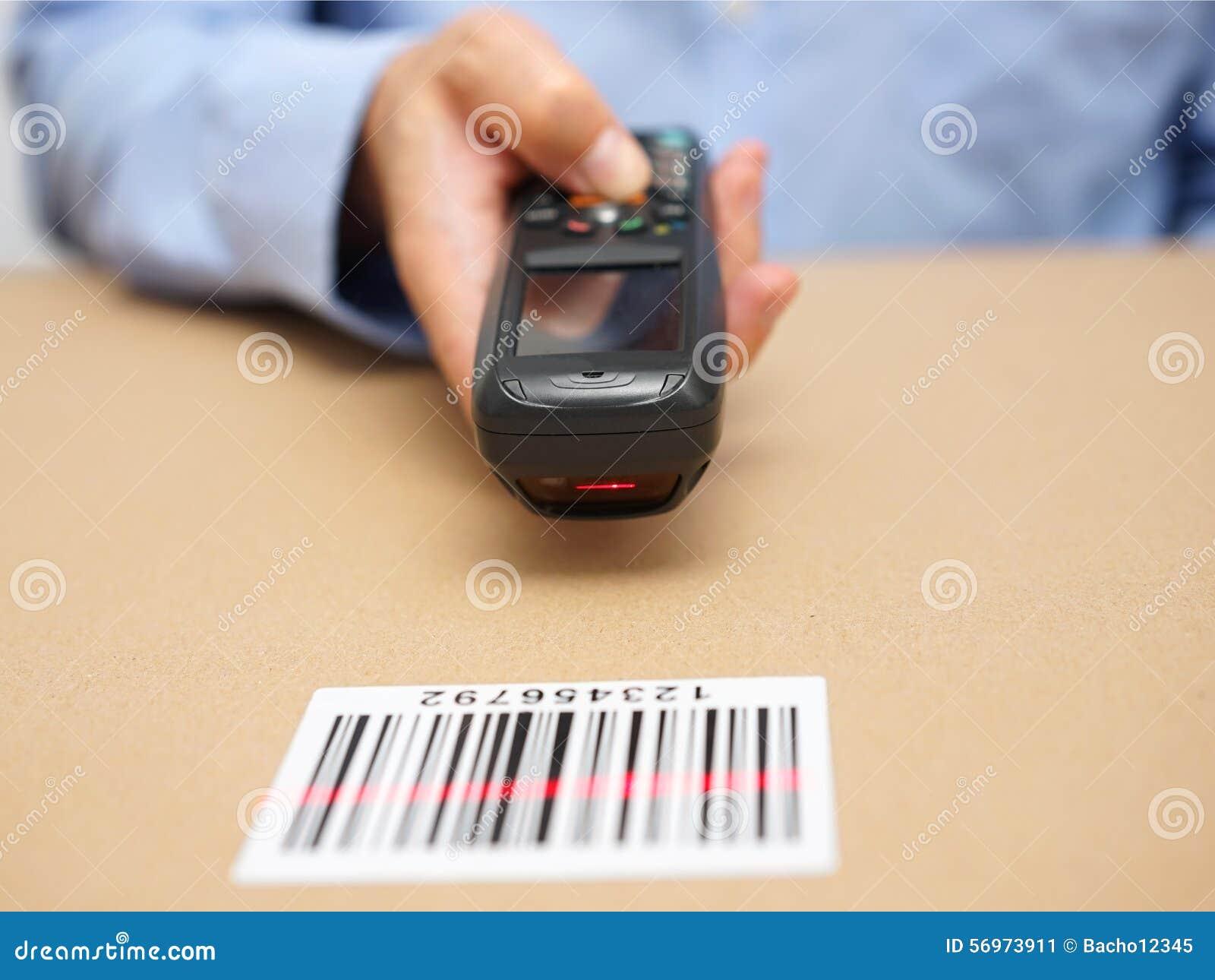Il tecnico del magazzino ispeziona le azione nello stoccaggio