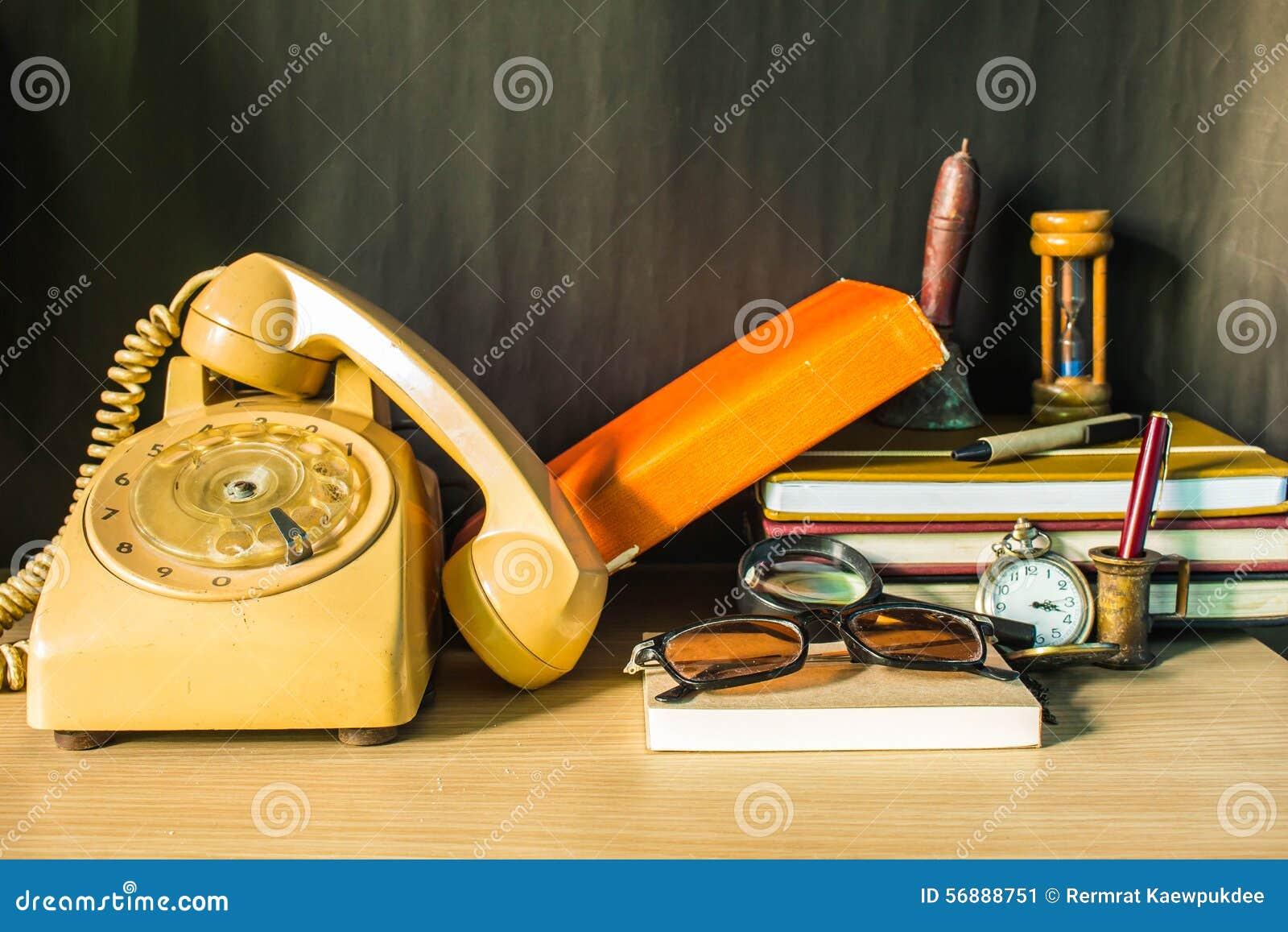 Il telefono e la cancelleria sullo scrittorio