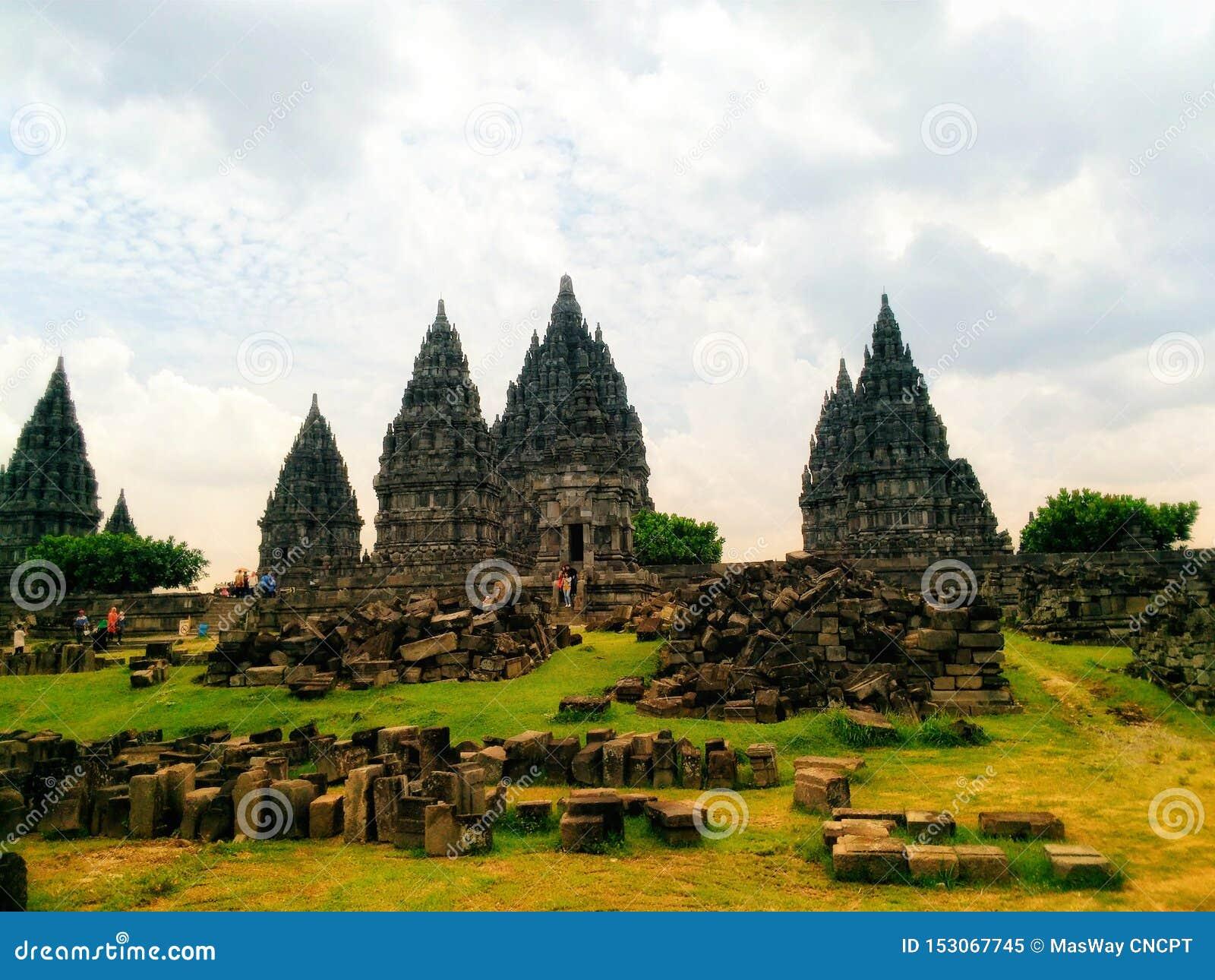 Il tempio di Prambanan è un monumento storico costruito con l aiuto di Dio e di Satana per umanità