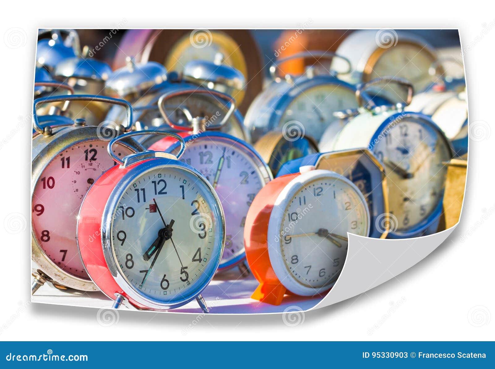 Il tempo passa inesorabilmente - vecchi orologi di tavola colorati del metallo - il concep