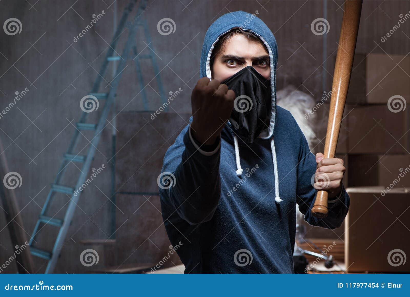 Download Il Teppista Con Il Pipistrello Nella Stanza Scura Fotografia Stock - Immagine di baseball, malvagità: 117977454