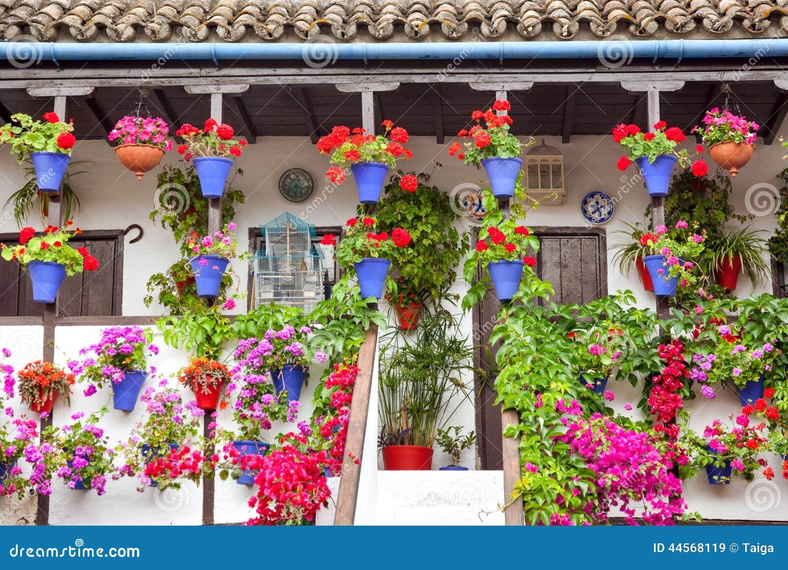 Il Terrazzo Tipico (balcone) Ha Decorato I Fiori Rosa E Rossi ...