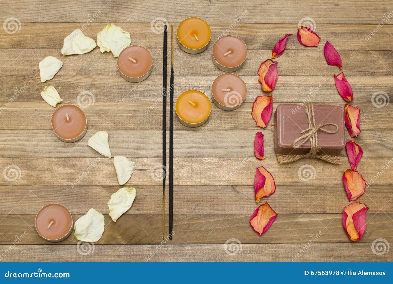 Il testo della stazione termale fatto di incenso del petalo rosa attacca la candela ed il sapone