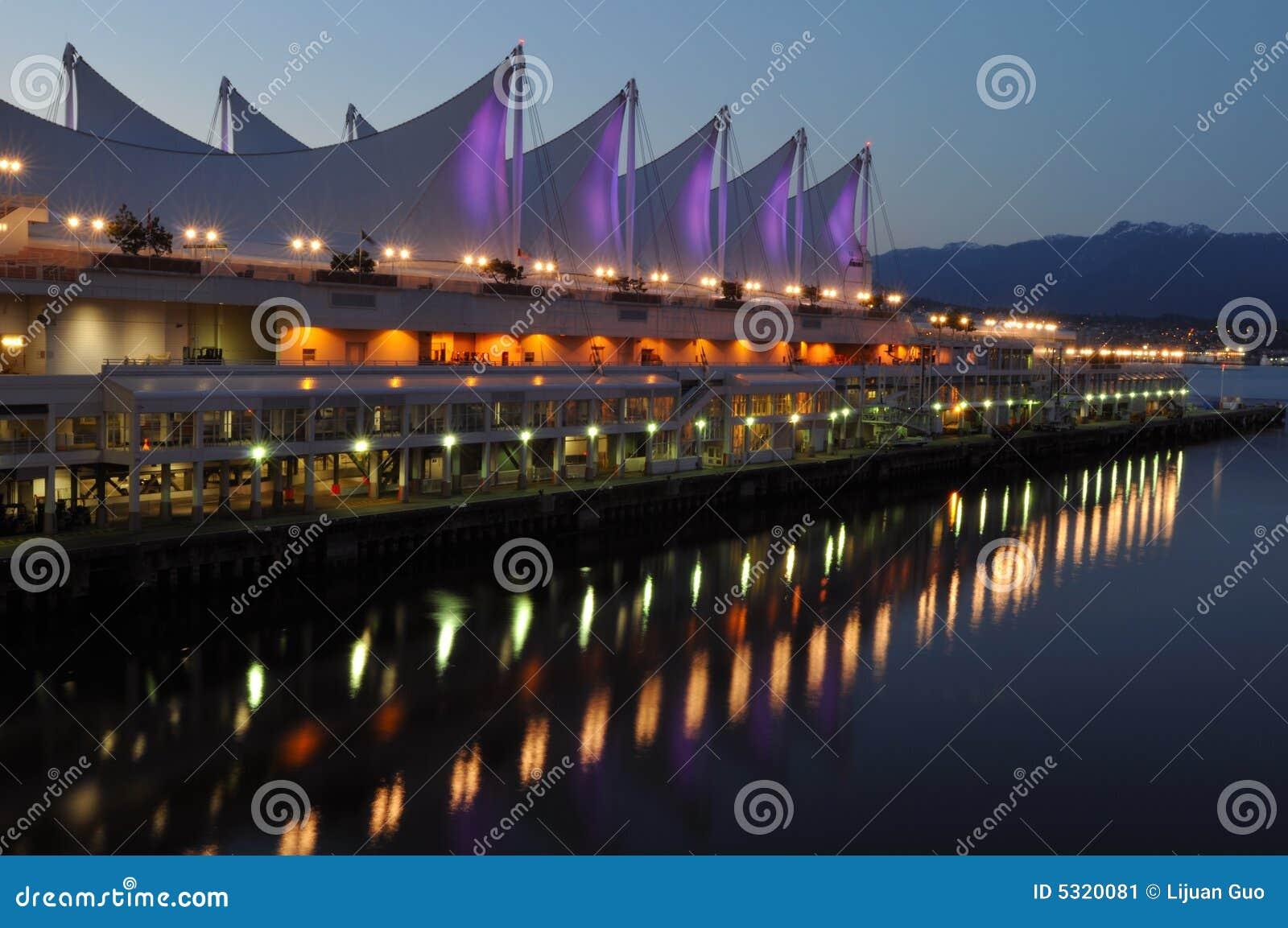 Download Il Tetto Del Posto Alla Notte, Vancouver Del Canada Immagine Stock - Immagine di estate, esterno: 5320081