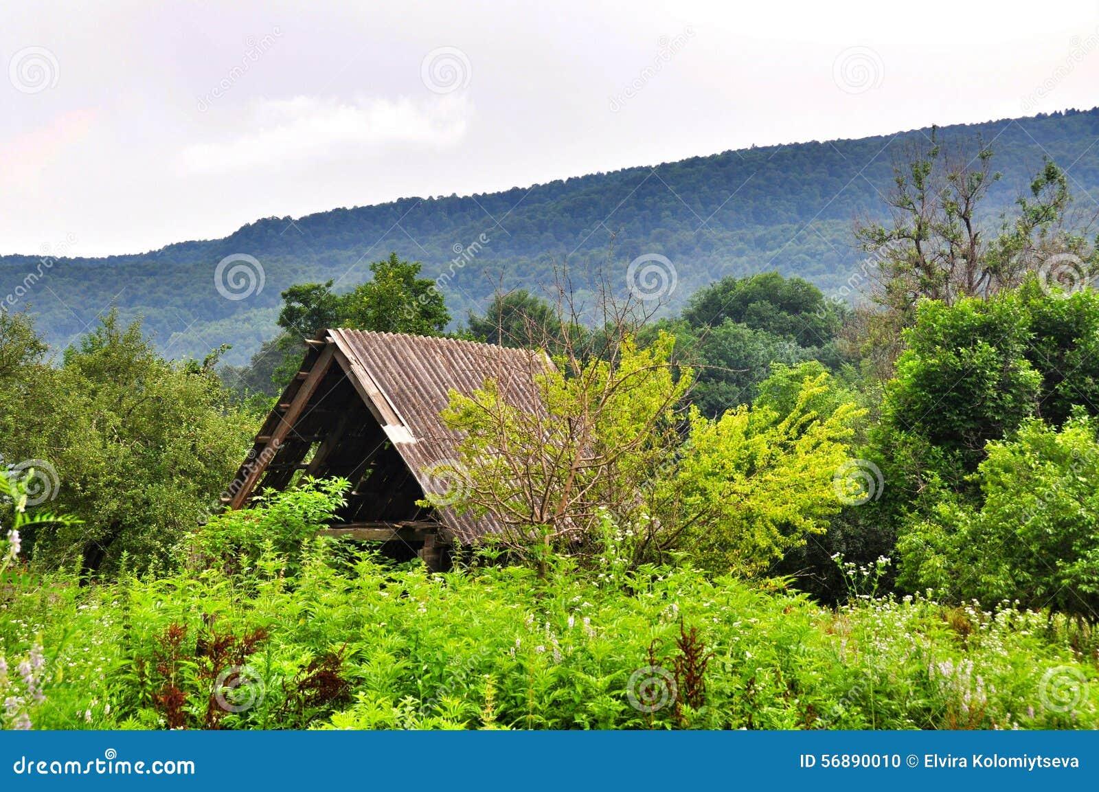 Il tetto delle montagne abbandonate della casa nei precedenti