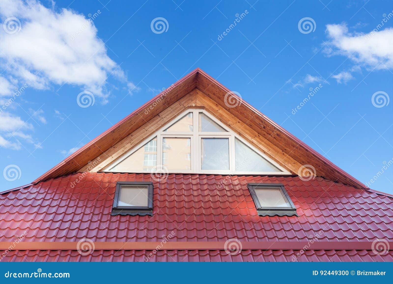 Il tetto piastrellato metallo rosso con i nuovi abbaini for Lucernari da tetto