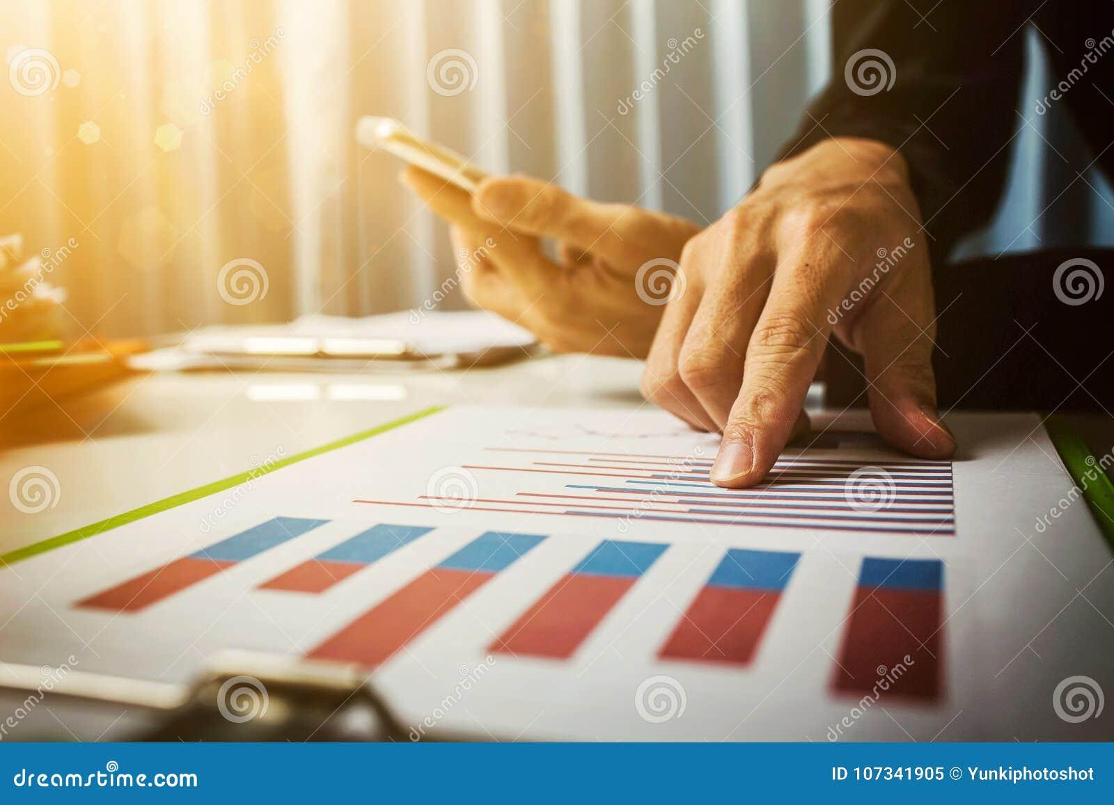 Il tino ed i tassi di prestito hanno calcolato dalla banca secondo del codice fiscale del governo Lavoro duro asiatico dell uomo