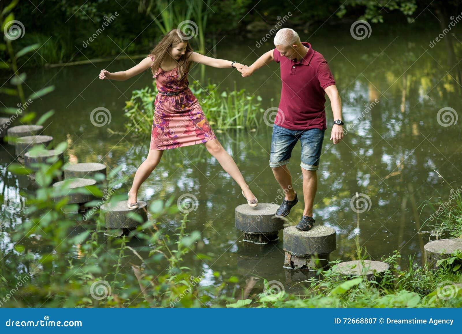 Il tipo aiuta la ragazza
