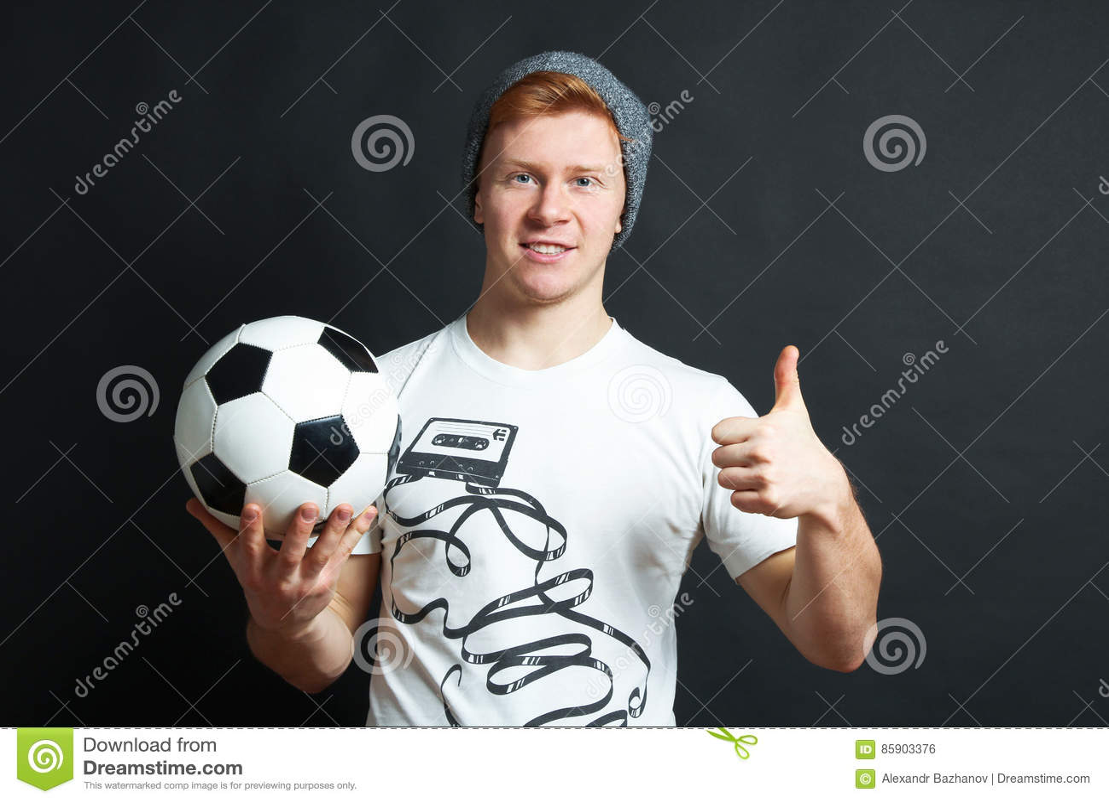 Il tipo con la palla mostra il cuoio