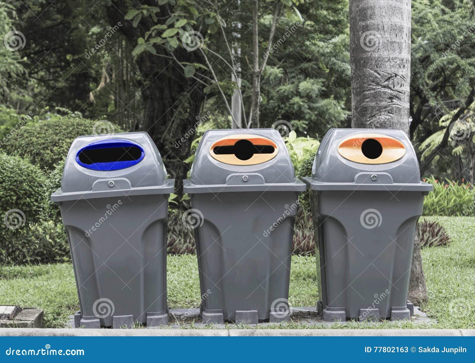 Il tipo tre di bidone della spazzatura ricicla immagine stock