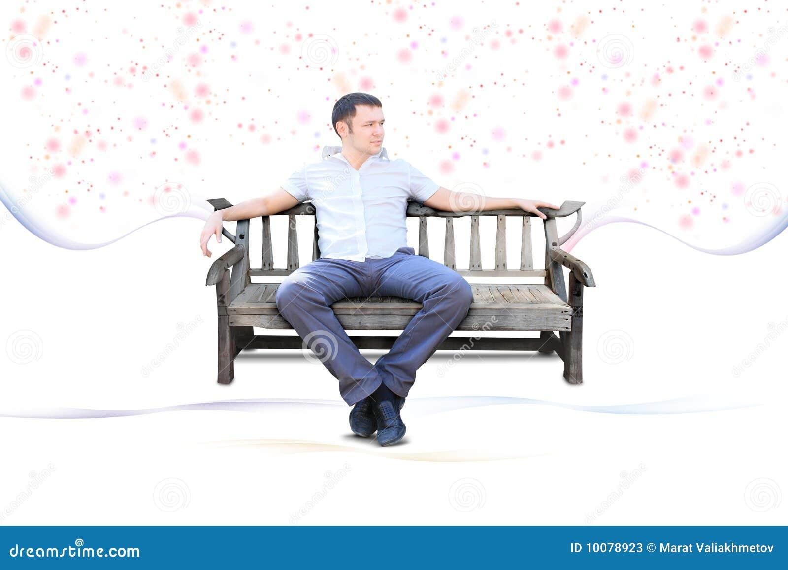 Il tirante si siede sul banco di sosta isolato