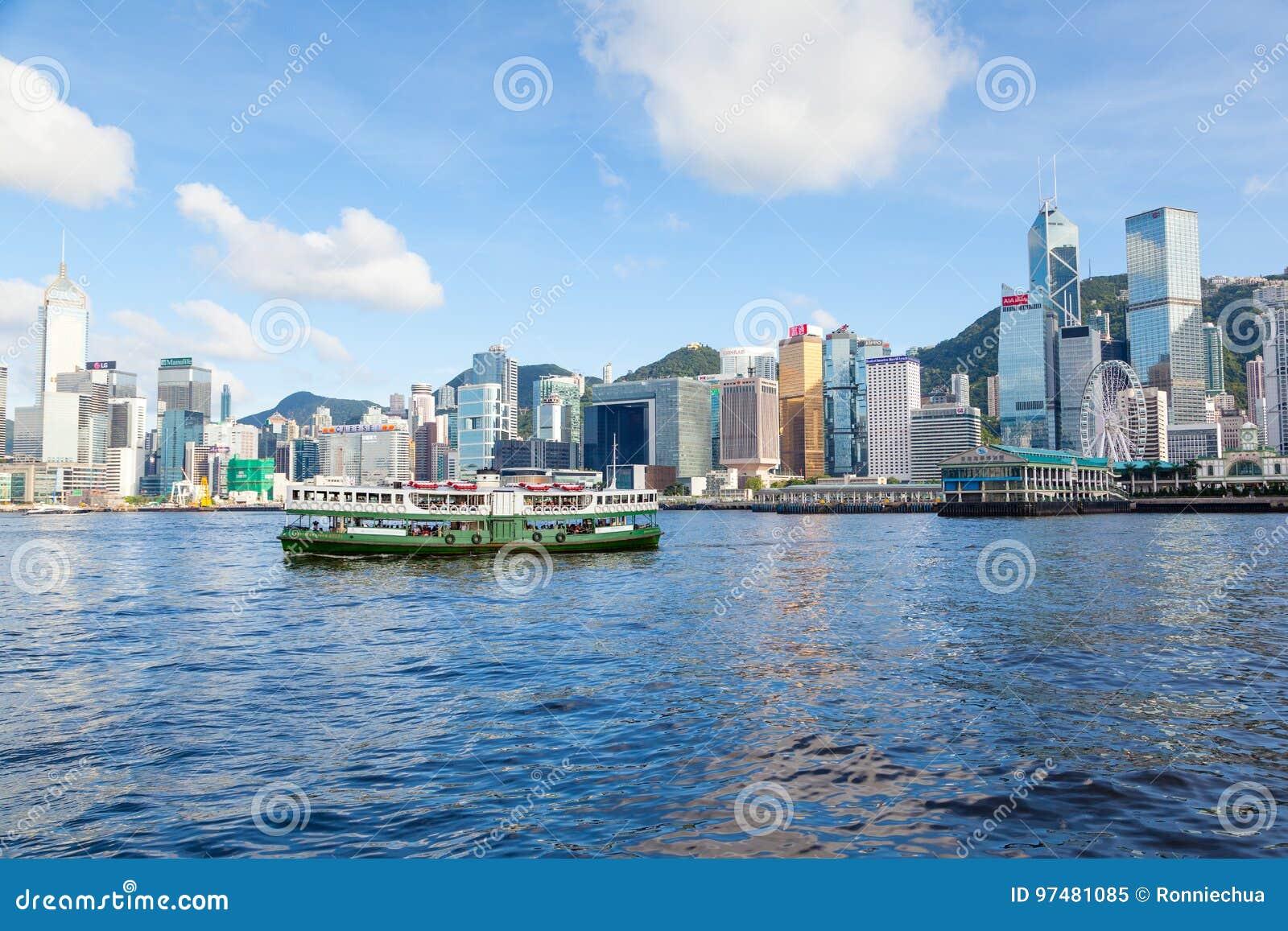 Il traghetto attraversa Victoria Harbor in Hong Kong