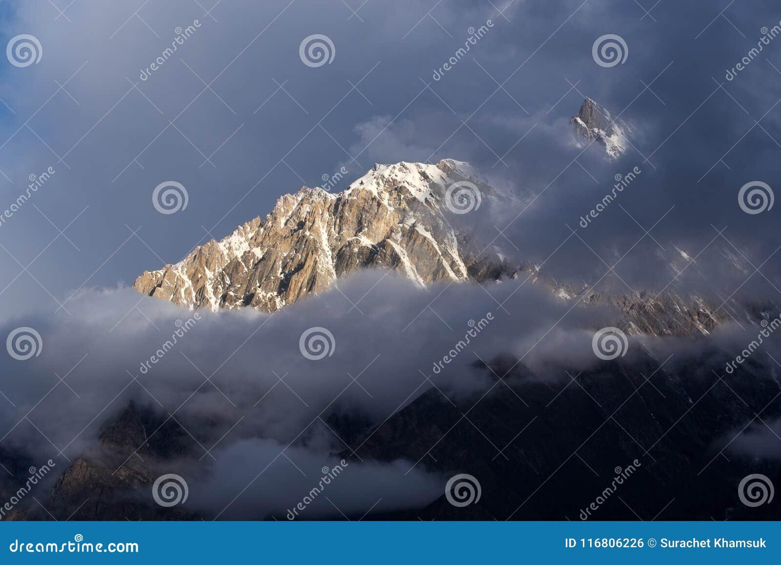 Il tramonto al picco di montagne nella catena montuosa di Karakoram rivaleggia