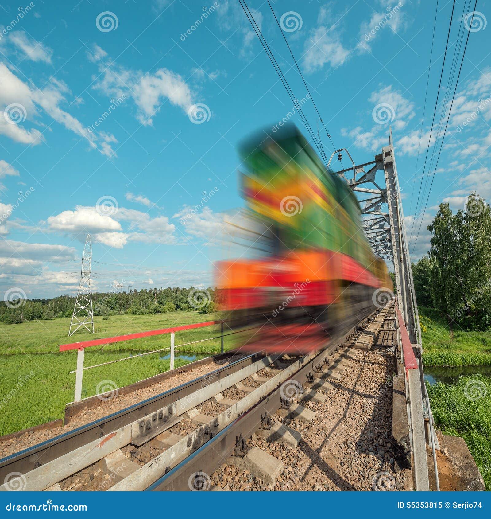 Il treno merci si muove velocemente sul ponte ferroviario