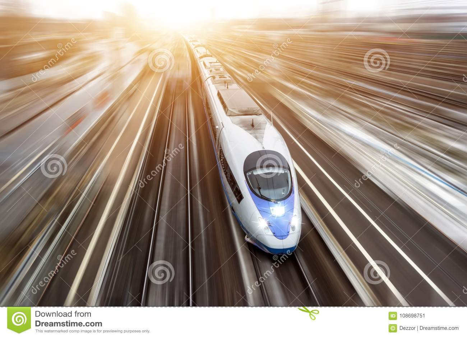 Il treno passeggeri ad alta velocità viaggia all alta velocità Vista superiore con effetto di moto, fondo unto