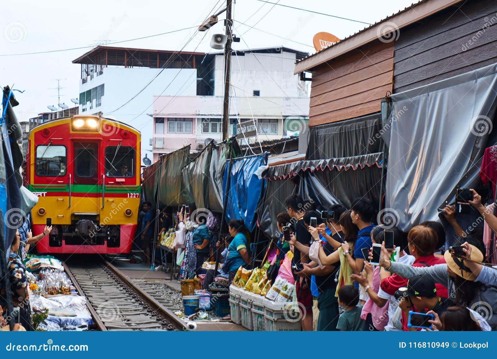 Il treno a Talat Rom Hup mentre turistico prende la foto