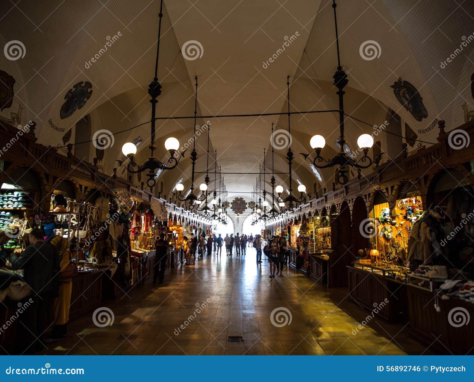 Il turista compera in panno Corridoio di Sukiennice