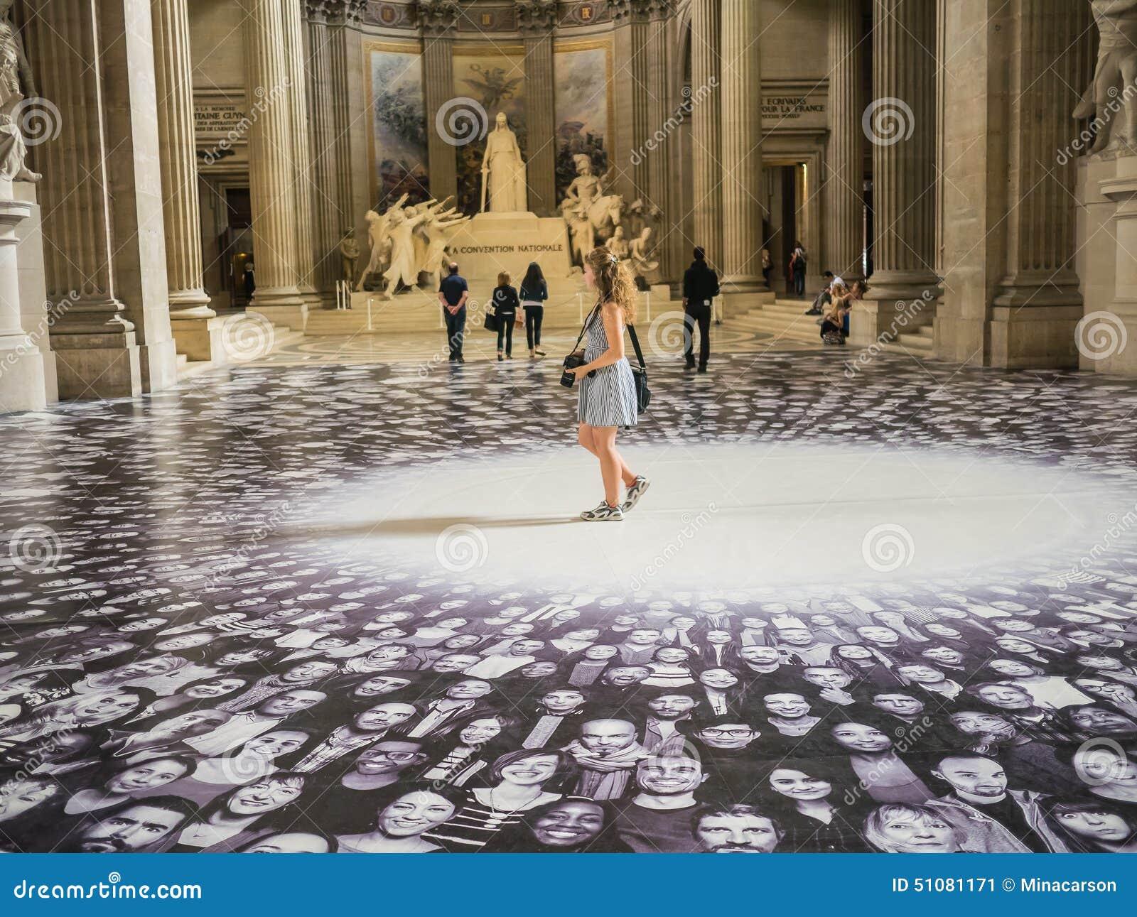Il turista delle giovani donne cammina attraverso l esposizione di JUNIOR nel panteon di Parigi