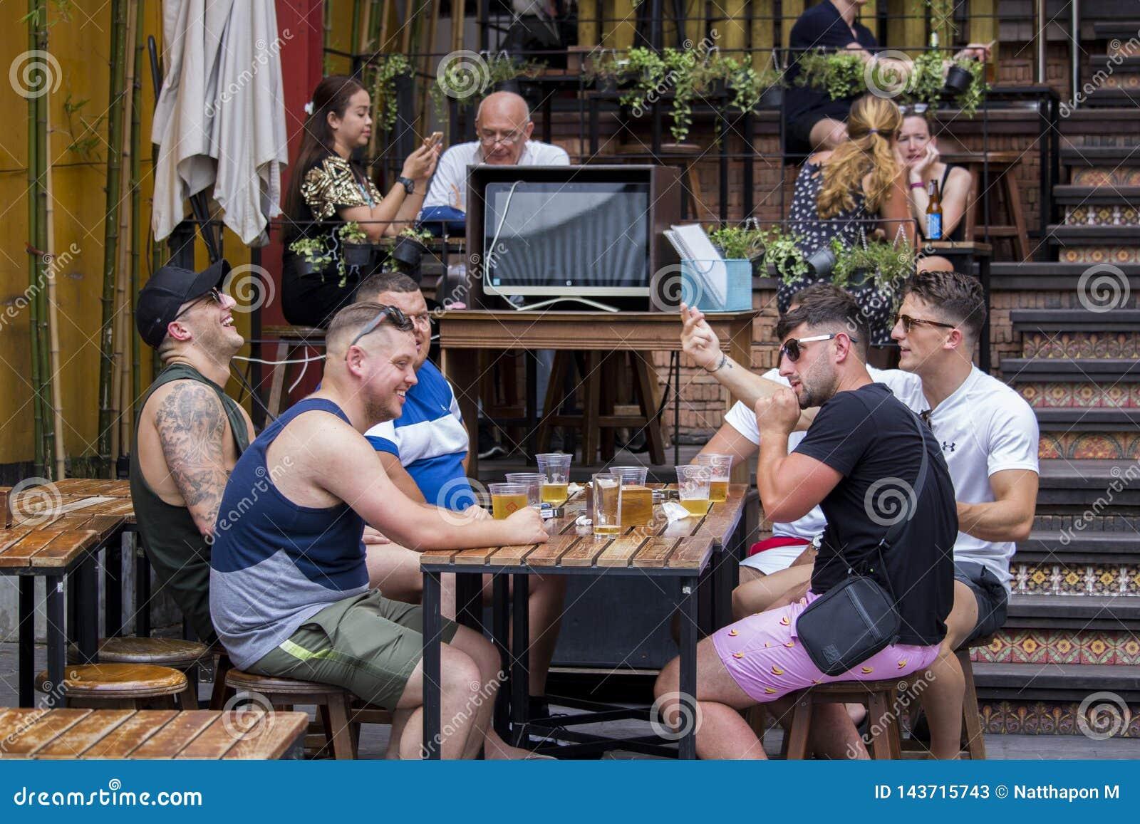Il turista gode di di bere la birra alla strada di san di khao