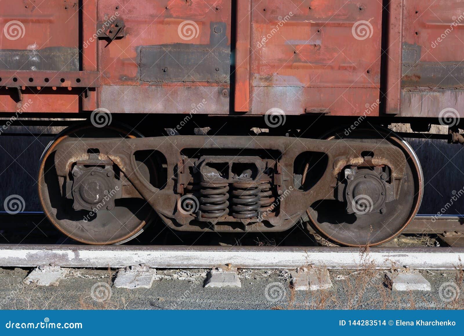 Il vagone di vecchio treno merci arrugginito sta sulle rotaie
