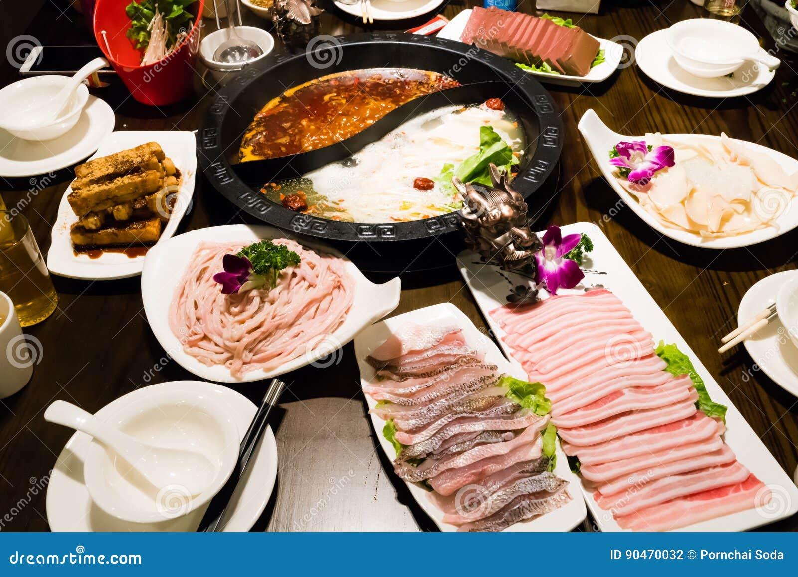 Il vaso nello stile cinese - minestra della carne di maiale e minestra piccante oleosa di shabu